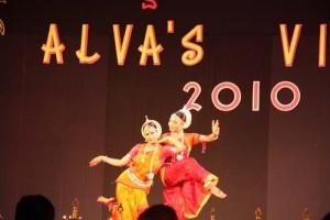 Jede Geste, jeder Blick ist von Bedeutung: Die Tänzerinnen brauchen Jahre, um ihre Kunst in dieser Vollendung präsentieren zu können.